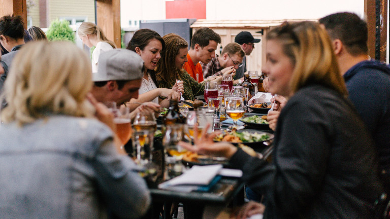 Leute essen zusammen im Restaurant