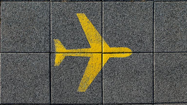 Gelbes Flugzeug auf Fußboden gesprayed.