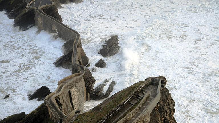 Eine alte Treppe führt ins Meer