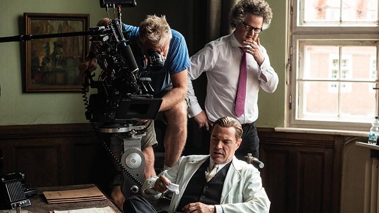 """Setfoto des Filmsets von """"Werk ohne Autor"""" mit Regisseur Florian Henckel von Donnersmarck und Darsteller Sebastian Koch"""