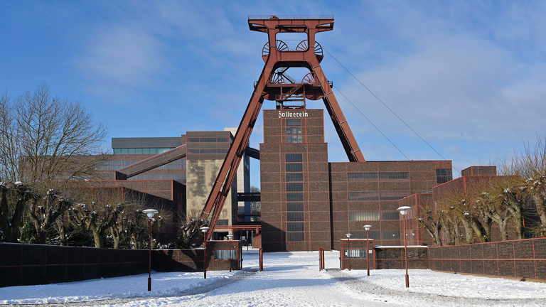 Blick auf den Förderturm der ehemaligen Zeche Zollverein auf dem Gelände des Weltkulturerbes.