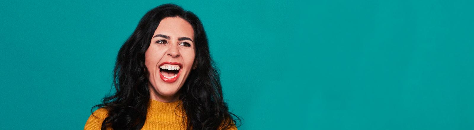 Porträt der Komikerin Ariana Baborie