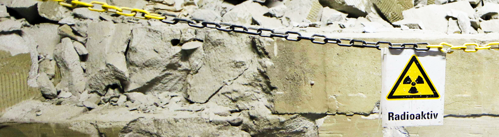 Ein Schild mit der Aufschrift Radioaktiv hängt in einem Stollen der Schachtanlage Asse II.