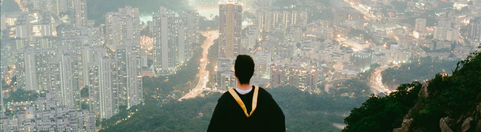 Junger Mann schaut auf die Stadt