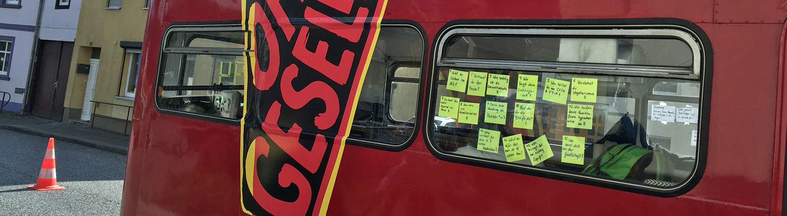 Der Bus der Begegnungen stellt Fragen