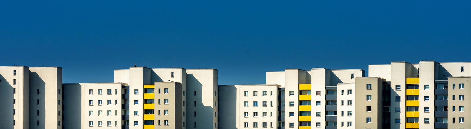 Hochhäuser vor blauem Himmel