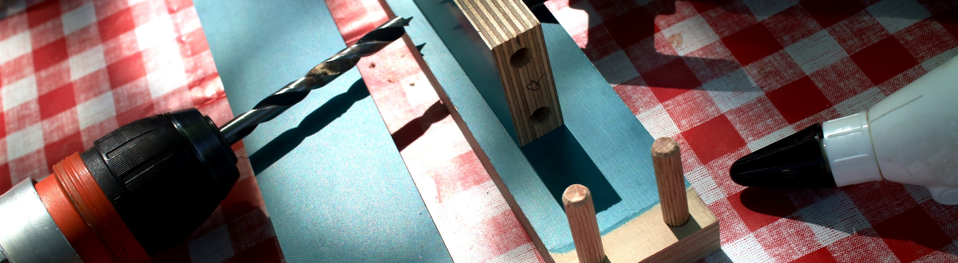 Bohrmaschine, Holzkleber und Multiplexplatten-Bastelprojekt