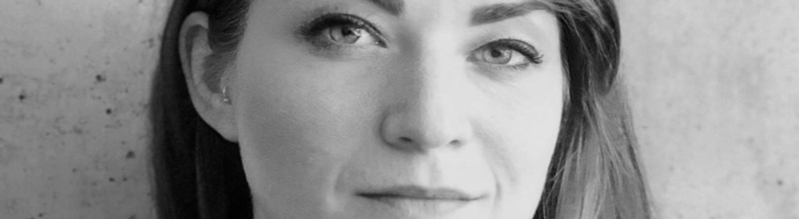 Portrait von Carolin in Schwarzweiß