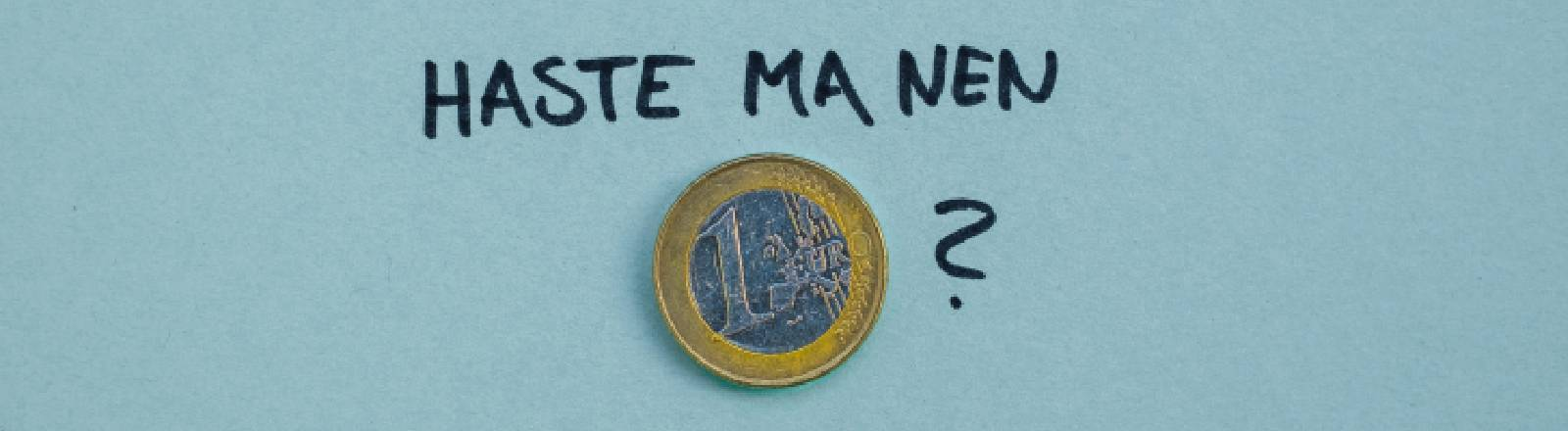 Eine Münze mit Schrift