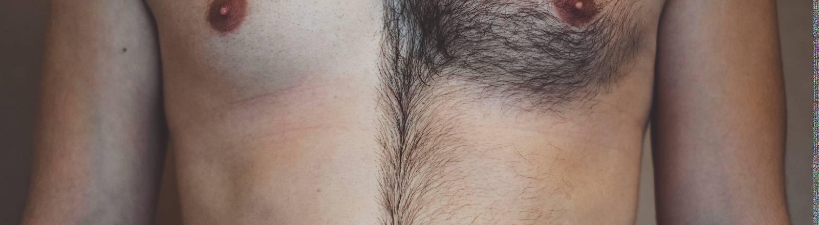 Ein Mann hat eine Seite der Brust rasiert, die andere nicht