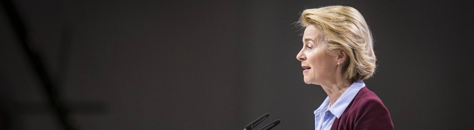 Ursula von der Leyen im Profil bei einer Rede.