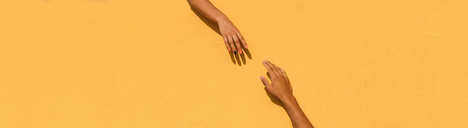 Hände strecken sich zueinander
