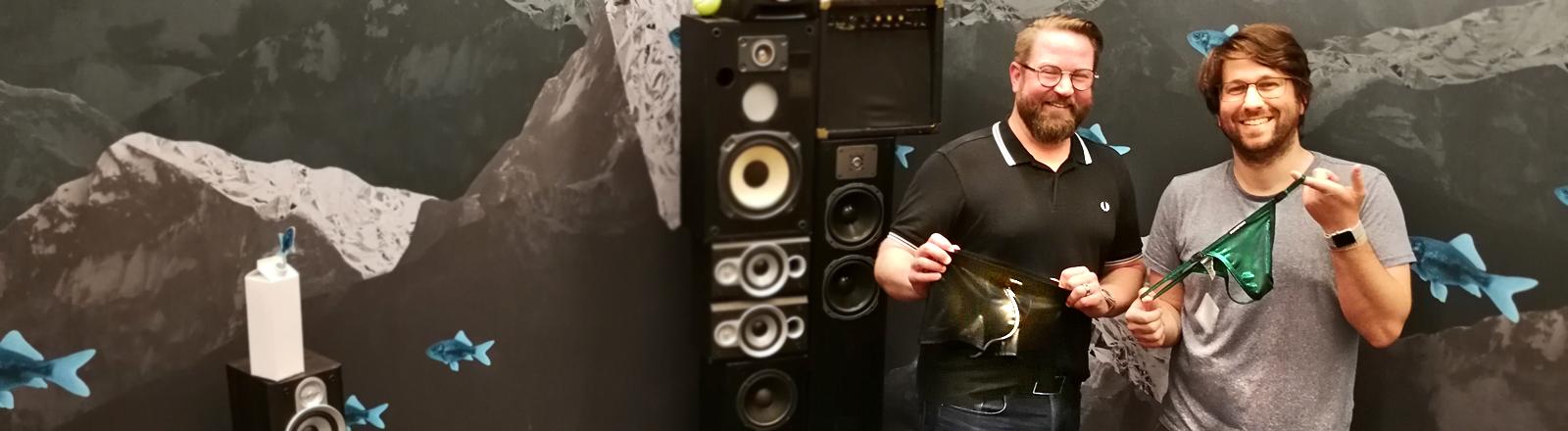 Moderator Sebastian Sonntag und Trikotagen-Fachverkäufer Michael Leder präsentieren Unterhosen