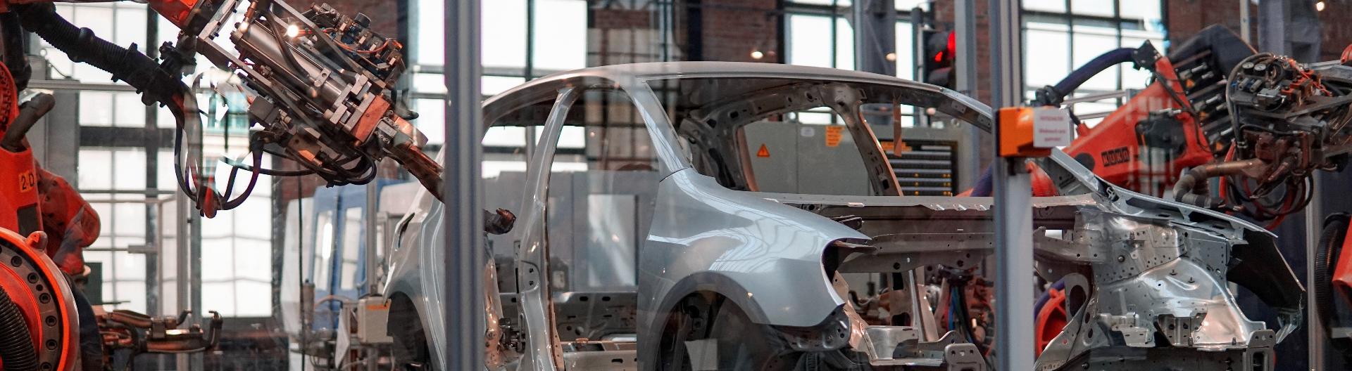 Ein Auto wird in einer Fabrik aus mehreren Teilen zusammengesetzt