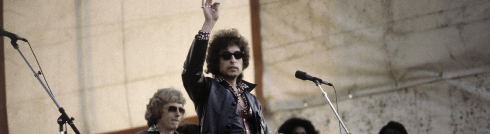 Bob Dylan mit Band bei einem Konzert in den 1980er Jahren.