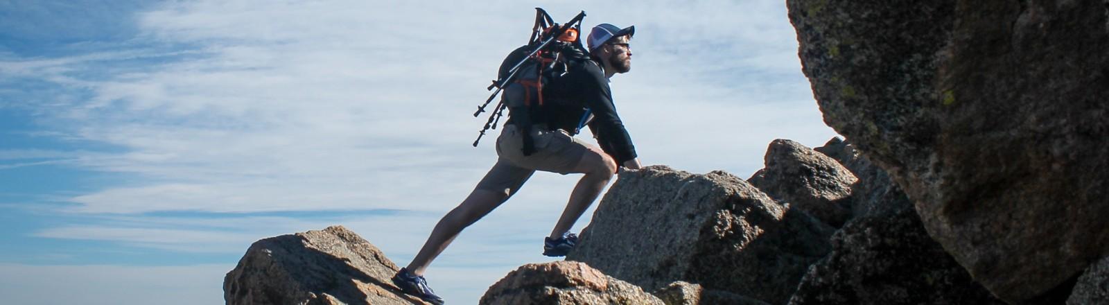 Ein Mann klettert alleine in den Bergen