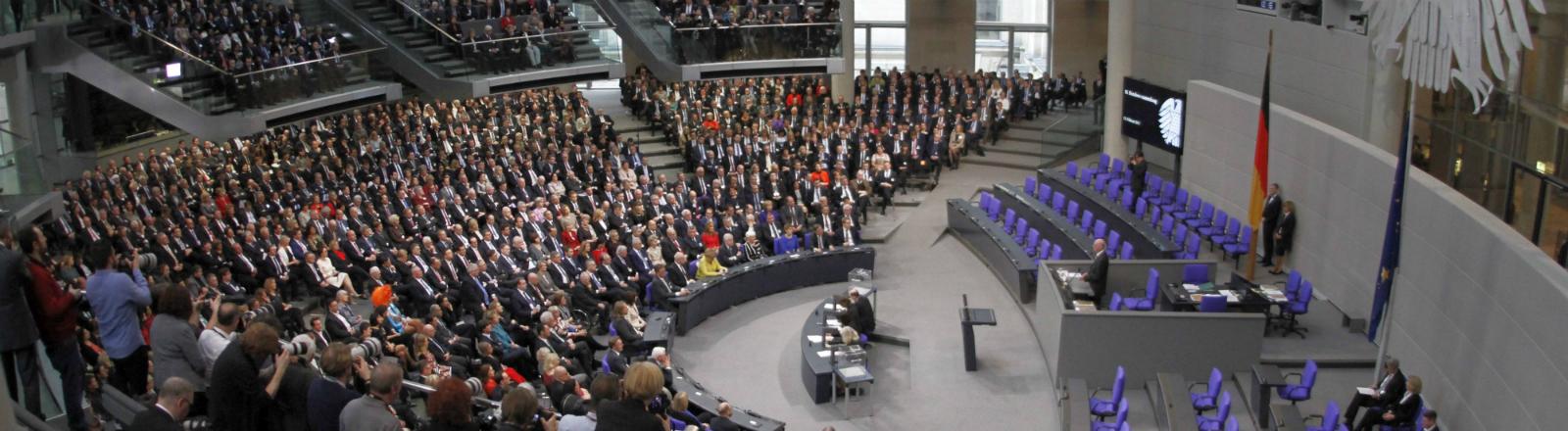 Mitglieder versammeln sich im Bundestag.