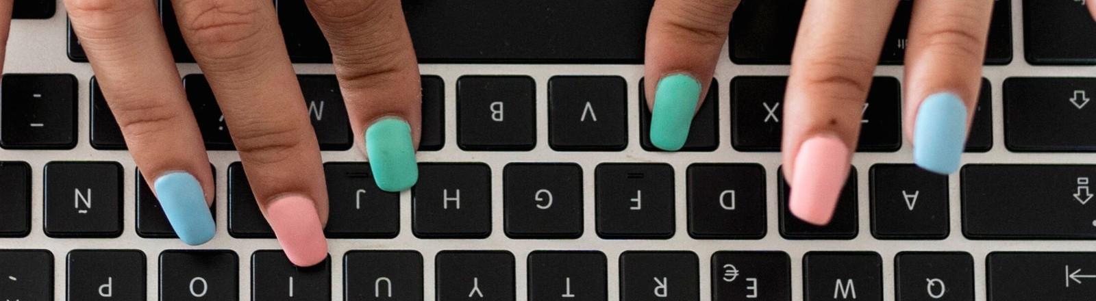 Finger über Tastatur