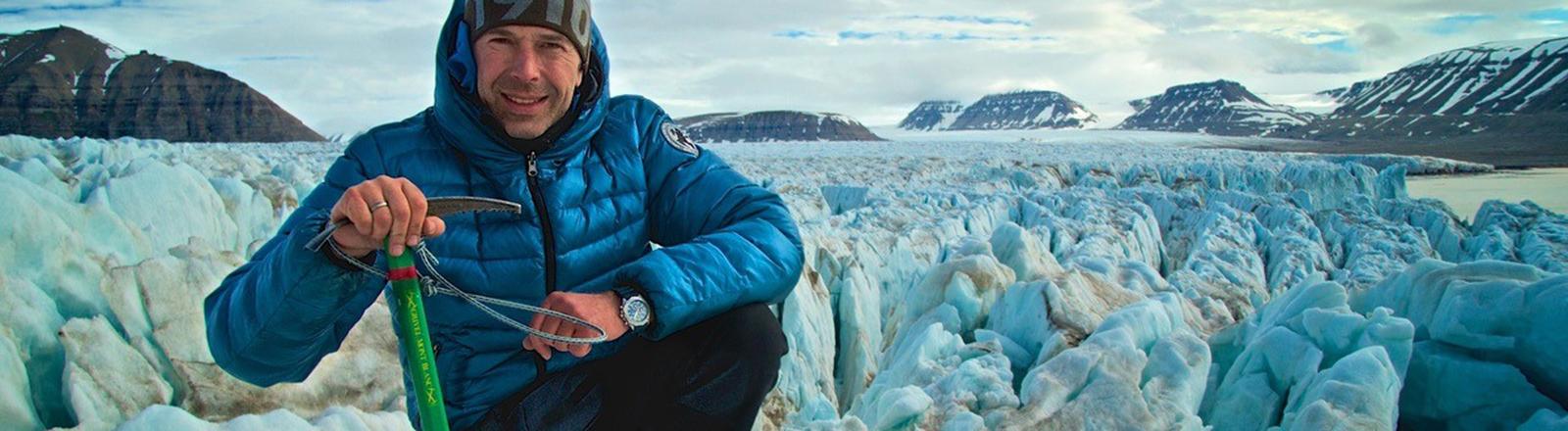 Dirk Steffens auf einem Gletscher in Spitzbergen