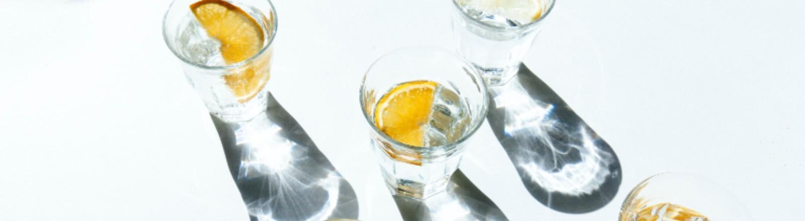 Ein paar Gläser mit kaltem Wasser werfen Schatten