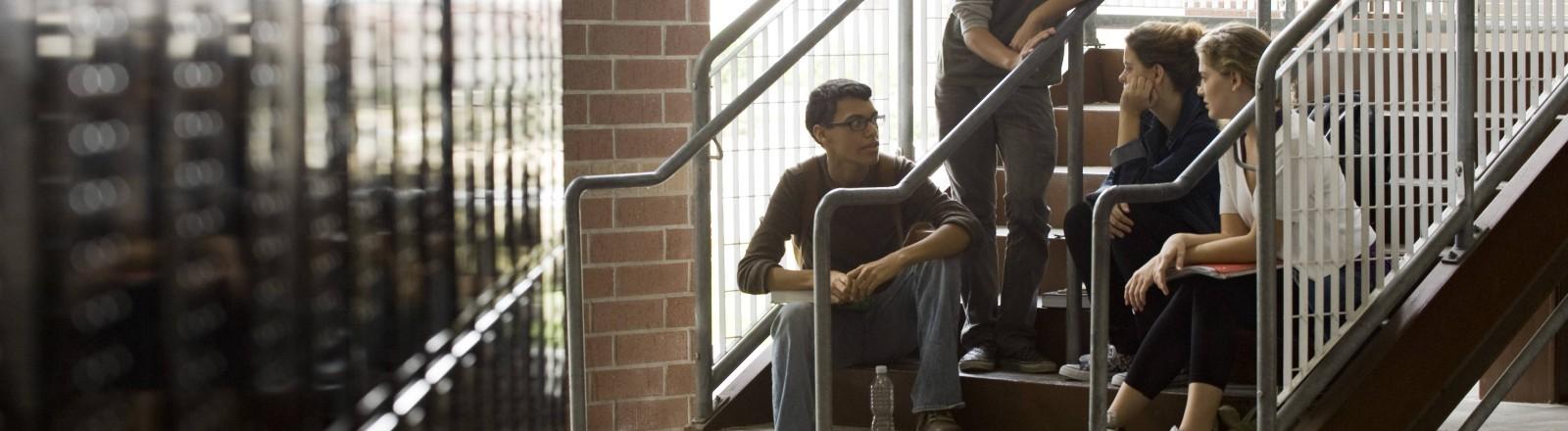 Drei Schüler auf der Treppe einer High School