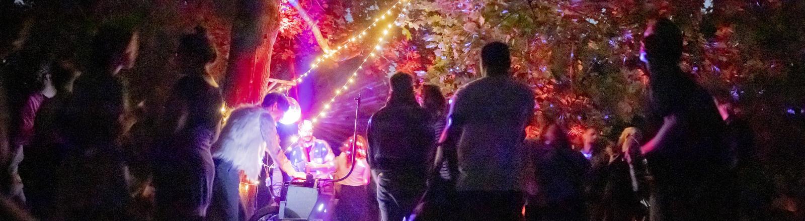 Eine Party während der Corona-Pandemie in der Hasenheide in Berlin