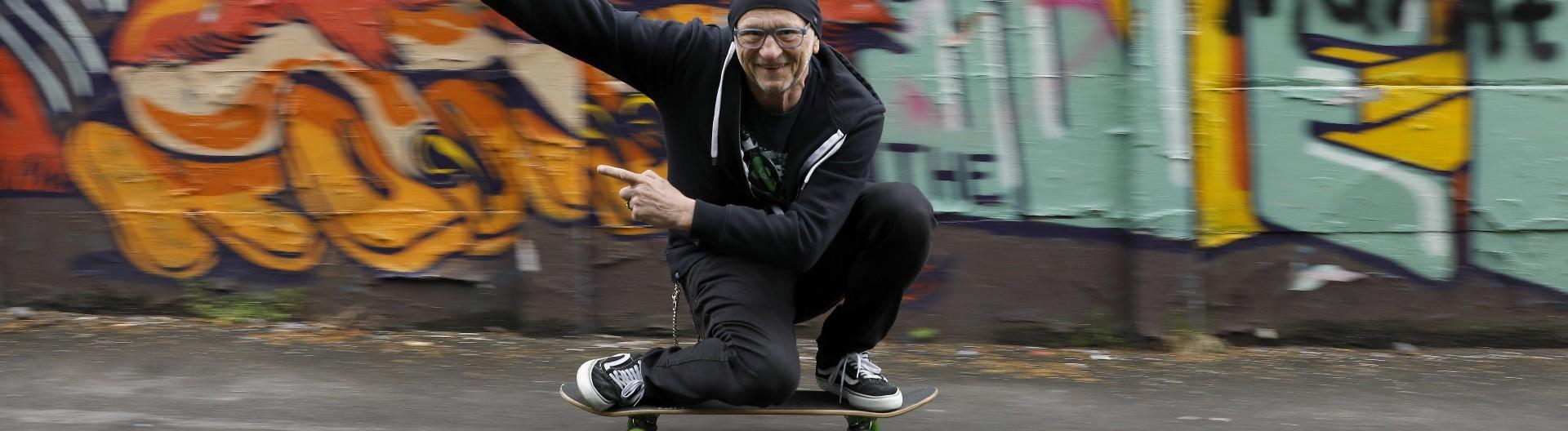 Titus Dittmann im Alter von 70 Jahren 2019 in Münster auf dem Skateboard