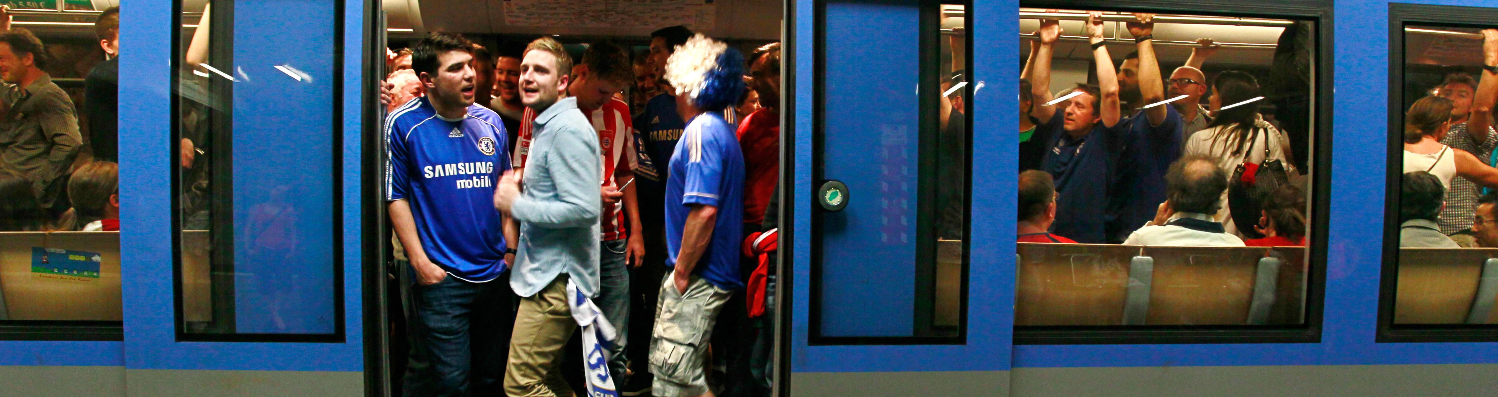 Fussballfans in der Münchner U-Bahn