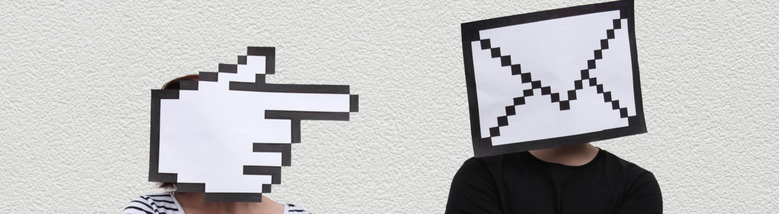Mann und Frau mit Email-Symbolen auf den Köpfen
