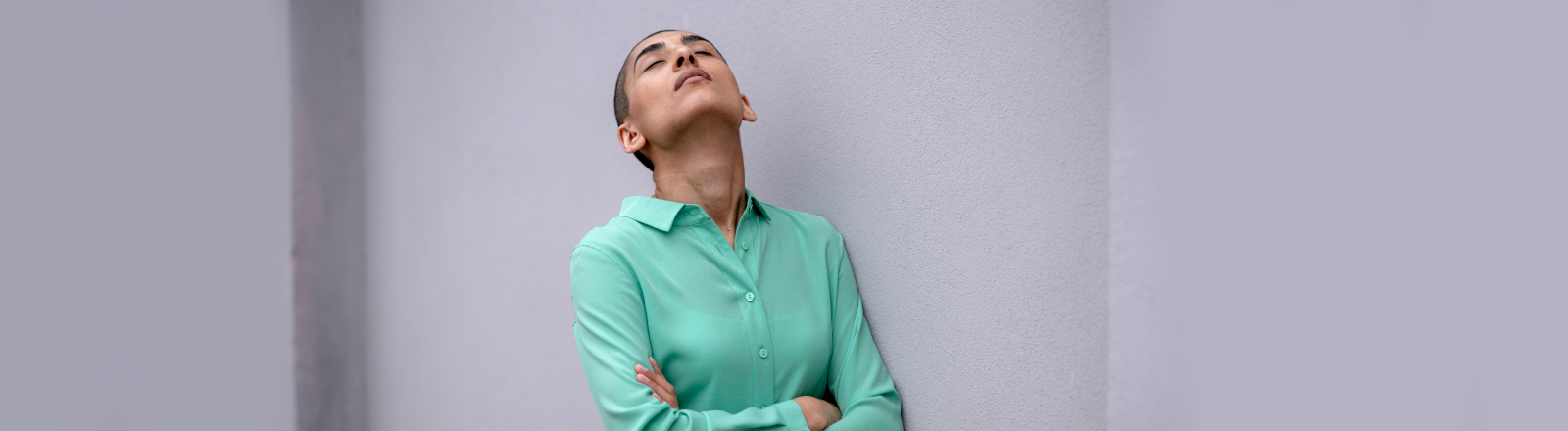 Eine Frau guckt erschöpft nach oben