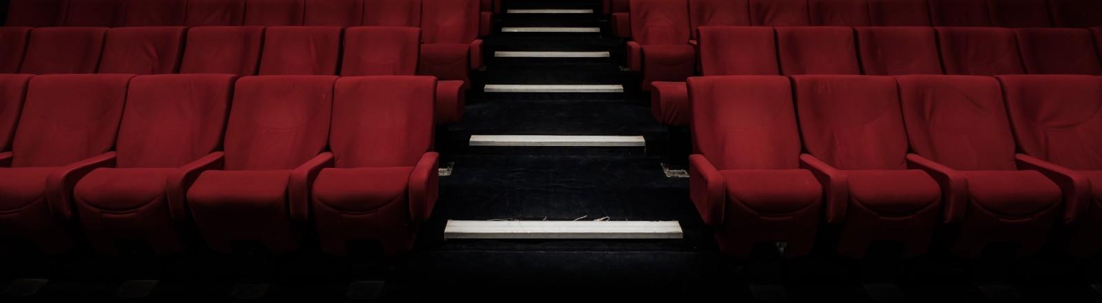 Ein leerer Kinosaal mit roten Sesseln