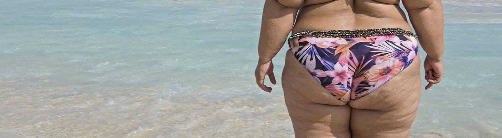 Eine sehr dicke Frau im Bikini