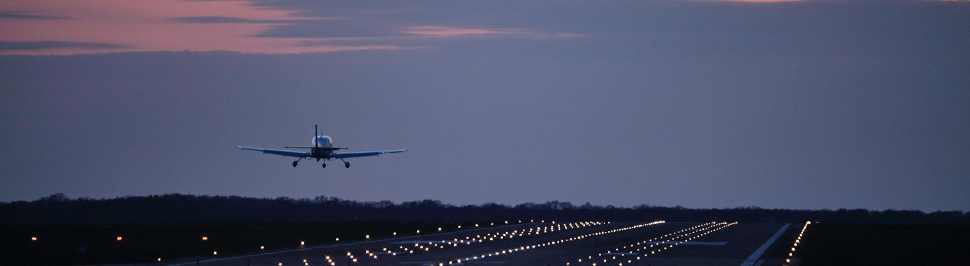 Flugzeug landet im Sonnenuntergang am Hannover Airport, Hannover-Langehagen, 16.03.2020