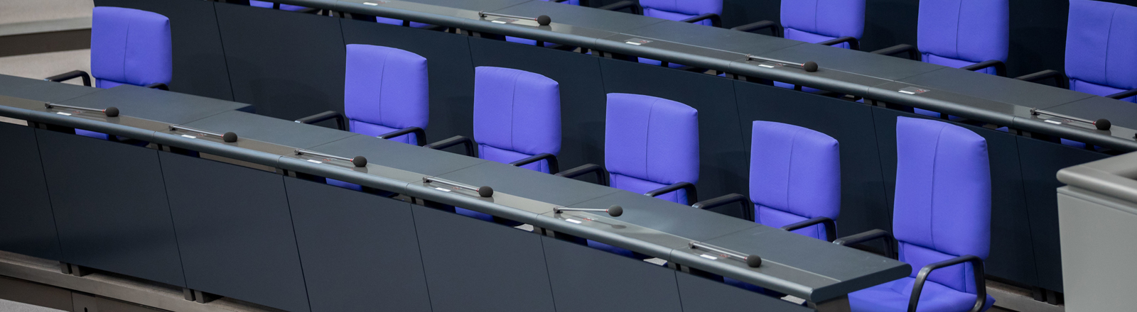 Leere Stühle im Bundestag
