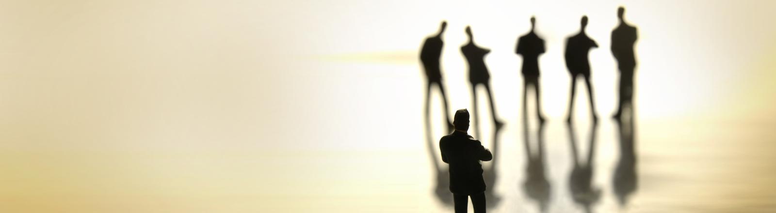 Ein Mann beobachtet eine Gruppe anderer Männer