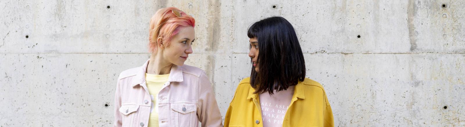 Zwei Frauen schauen sich an