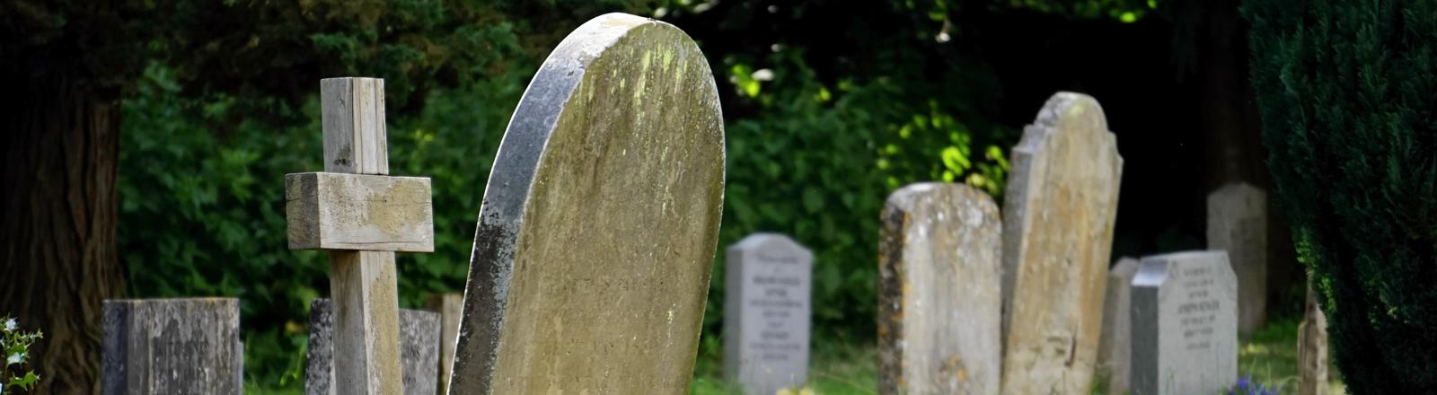 Alte Grabsteine auf einem Friedhof