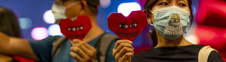 Demonstrierende in Hongkong mit Pepe the Frog