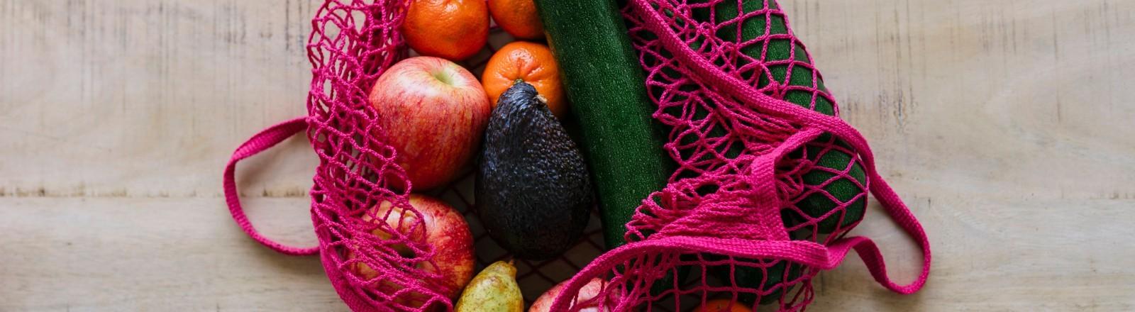Eine Einkaufstasche mit Gemüse und Obst