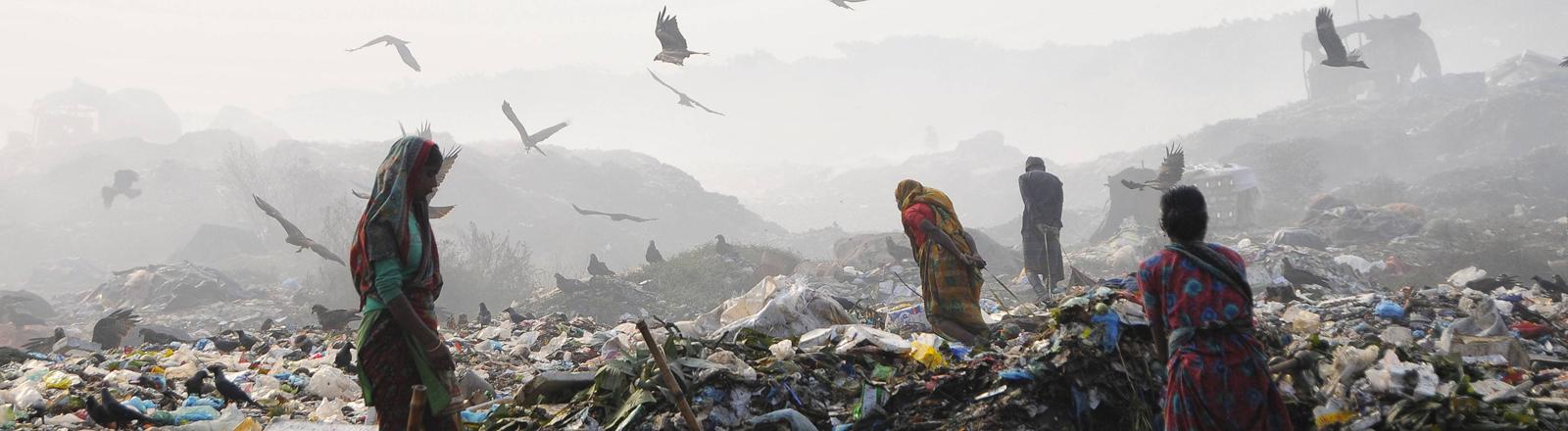 Menschen auf Müllkippe in Bangladesch (2015)
