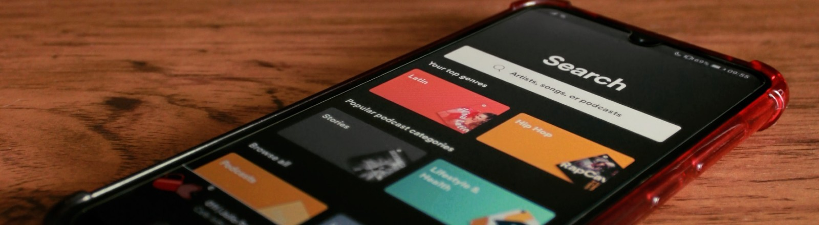 Ein Smartphone mit geöffneter Spotify App