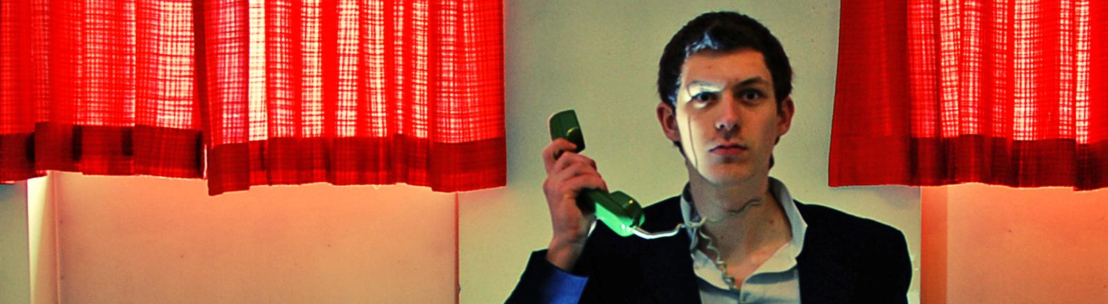 frustrierter Mann am Telefon
