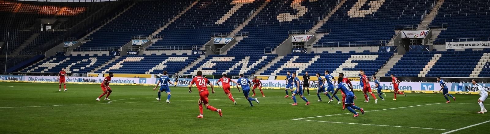Ein Fußballstadion mit leerer Tribüne