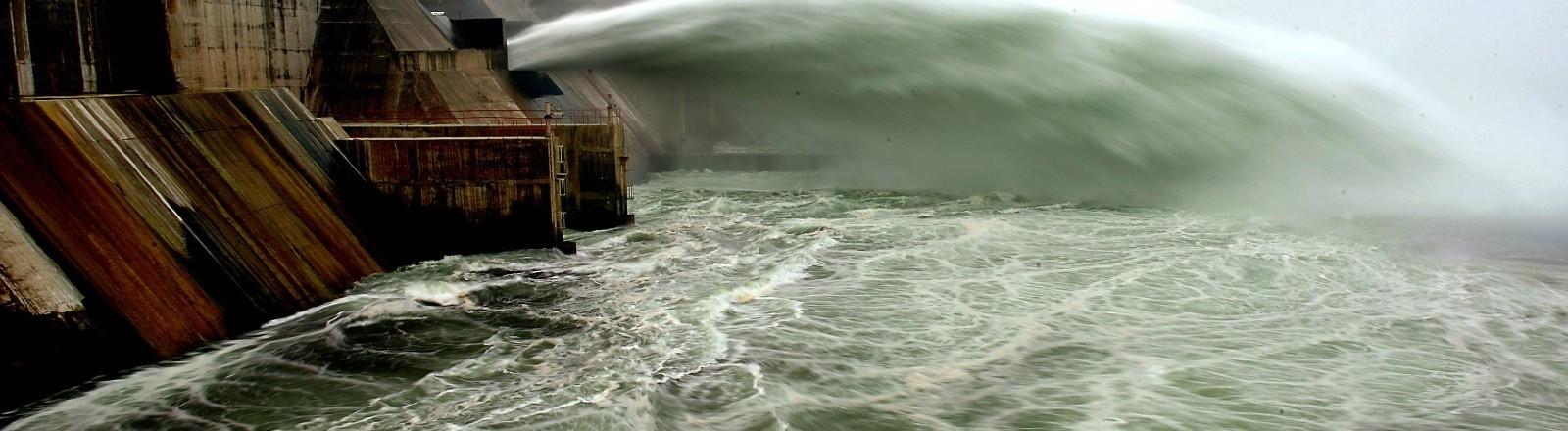 Ein Staudamm in China im Xiaolangdi Reservoir