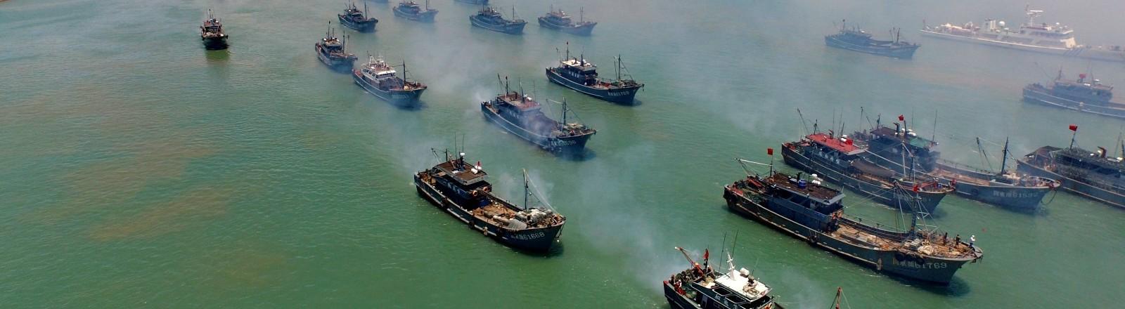 Eine chinesische Fangflotte fährt aufs Meer hinaus
