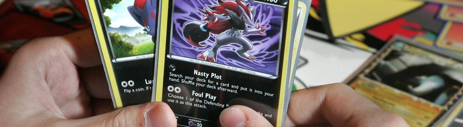 Zwei Pokemonkarten in einer Hand