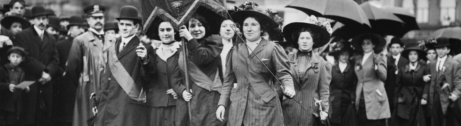 Frauen der Frauenrechtsbewegung gehen in den USA auf die Straße 1909