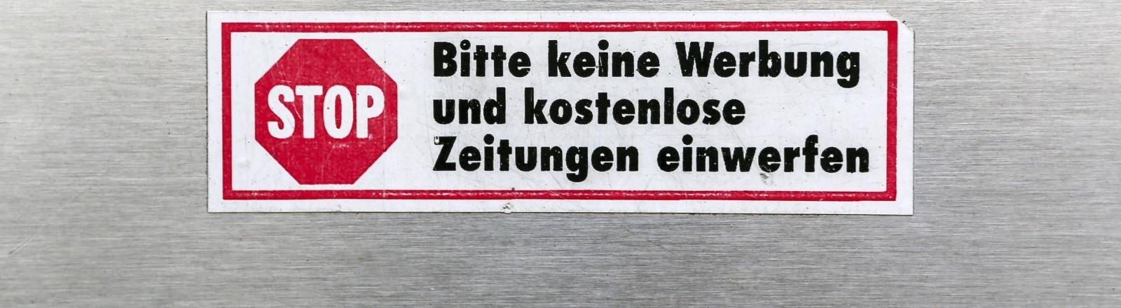 """""""Bitte keine Werbung"""" -Aufkleber auf einem Briefkasten"""
