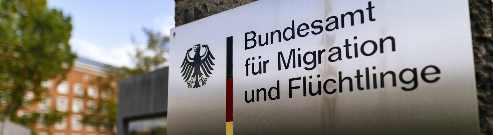 Ein Schild des Bundesamtes für Migration und Flüchtlinge