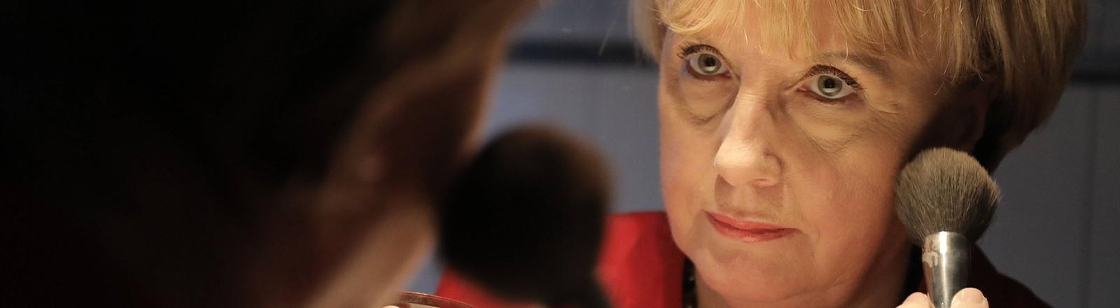 Das Merkel-Double Ursula Wanecki schminkt sich für einen Auftritt